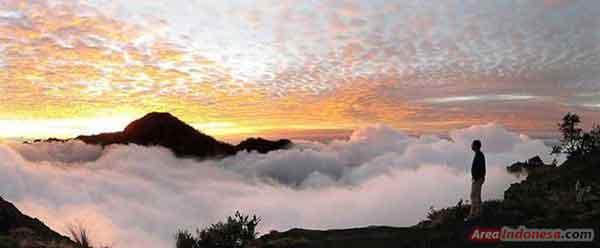 Sunset Terindah di Plawangan Sembalun di Gunung Rinjani